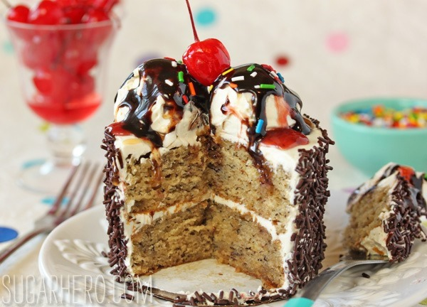 Mini Banana Split Cakes | SugarHero.com